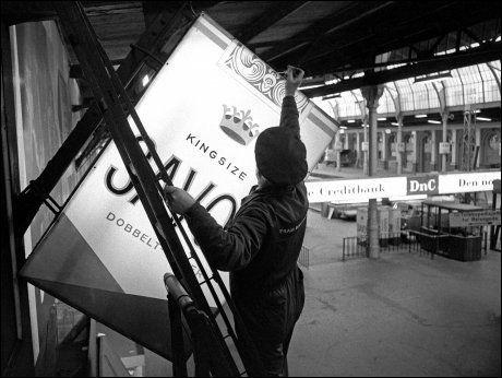 FORBUD: 12. desember 1975 forsvant reklameskiltene for sigaretter fra Oslo sentrum. Foto: NTB/SCANPIX