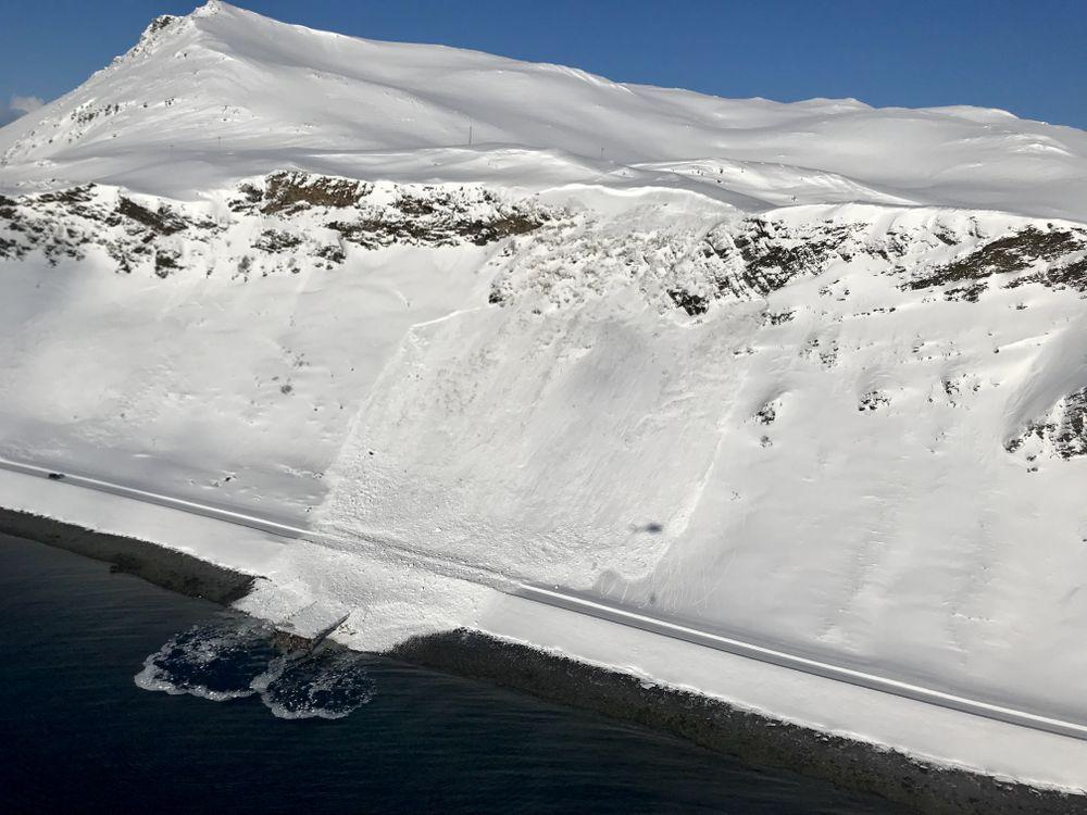 UTLØST SKRED: Statens vegvesen har utløst skred på E69, rett før Honningsvågtunnelen med daisybell fra helikopter. Bildet er tatt av ingeniørgeolog i Statens vegvesen, Trond Jøran Nilsen.