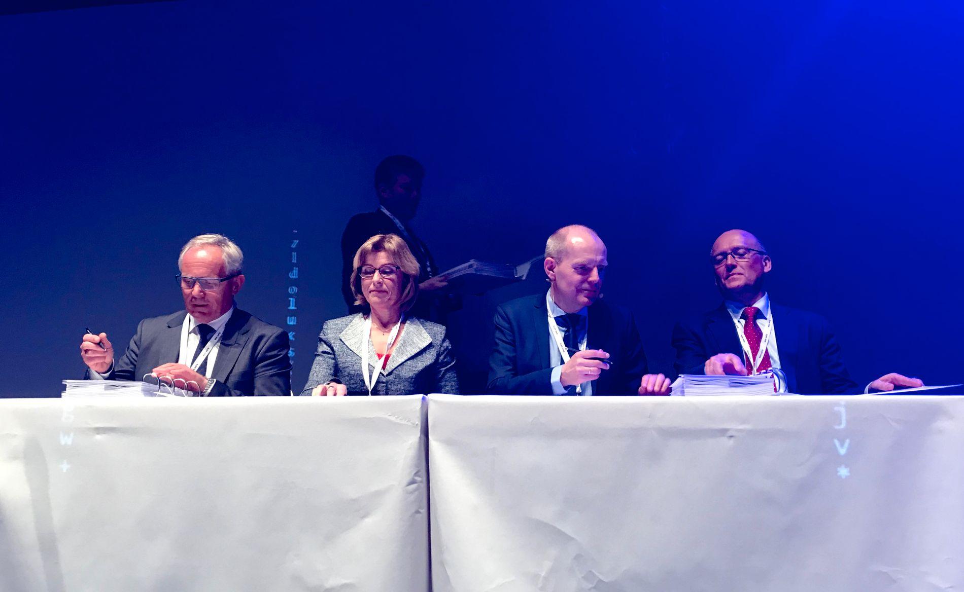 SIGNERER: Fra v. Sverre Kjenne, konserndirektør digitalisering i Bane Nor, Anne Marit Panengstuen, konsernsjef i Siemens, Gorm Frimannslund, konserndirektør Bane Nor og Kjell Pettersen, økonomidirektør i Siemens, signerer milliardkontrakten.