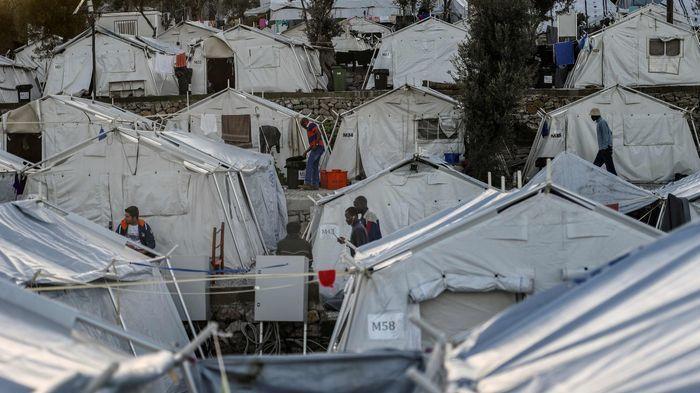 FLYKTNINGER: En av flere uoffisielle flyktningleirer på øya Lesbos. Fortsatt kommer det tusenvis av flyktninger hit, som ønsker seg videre til rike land i Europa. Der er grensene stengt.
