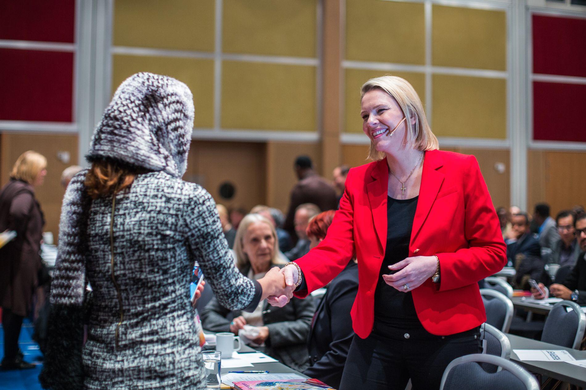 INTEGRERING: Innvandrings- og integreringsminister Sylvi Listhaug hilser på en av de fremmøtte ved en integreringskonferanse i Oslo i høst. En ny forskning viser at Norge har utfordringer knyttet til langvarig integrering av innvandrere i arbeidsmarkedet.