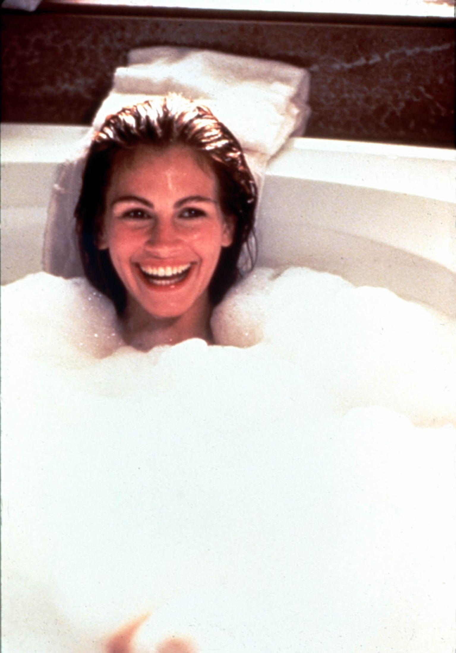 ALLE VAR BORTE: Alle var forsvunnet fra filmsettet – bortsett fra fotografen, da Julia Roberts dukket opp fra boblebadet under innspillingen av «Pretty Woman». Foto: MARY EVANS PICTURE/SCANPIX