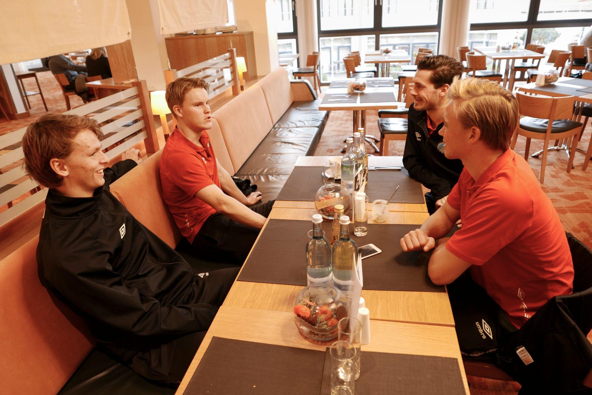 LUNSJ: Kongsvinger-spillerne Adrian Ovlien (til venstre), Harald Holter, Fredrik Mani Pålerud og Martin Ellingsen (nå i Molde) var samlet på spillerhotellet i Tyskland på samling i 2016.