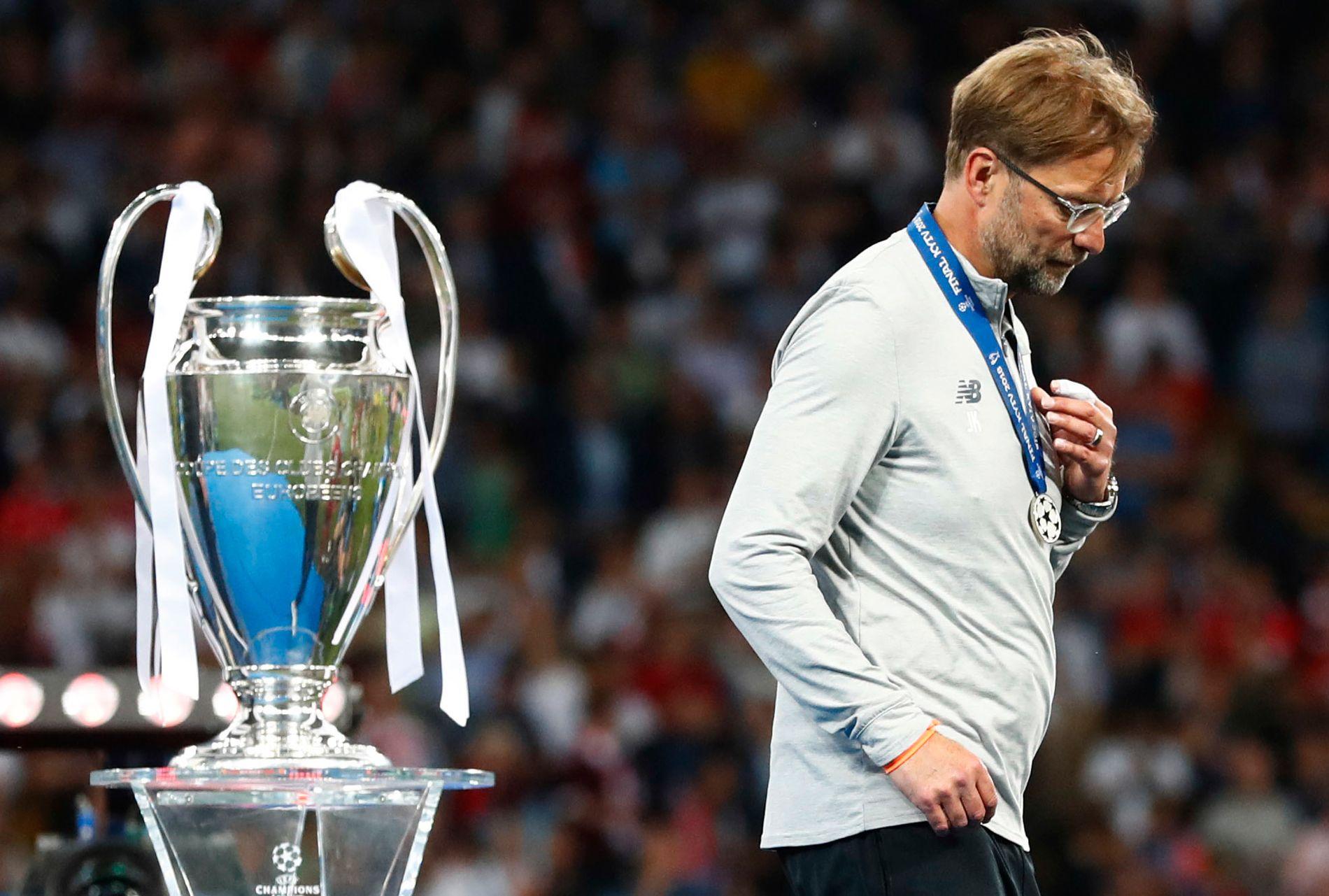 TAPENDE FINALIST: Jürgen Klopp går forbi Champions League-trofeet etter finaletapet mot Real Madrid i mai.