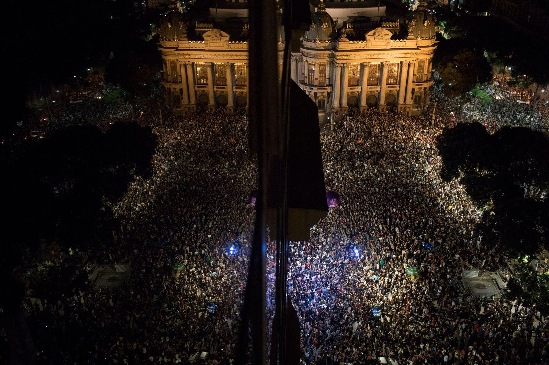 GIKK TIL GATENE: Hundretusener av mennesker protesterte dagen etter drapet på Marielle Franco i Rio de Janeiro 15. mars 2018.