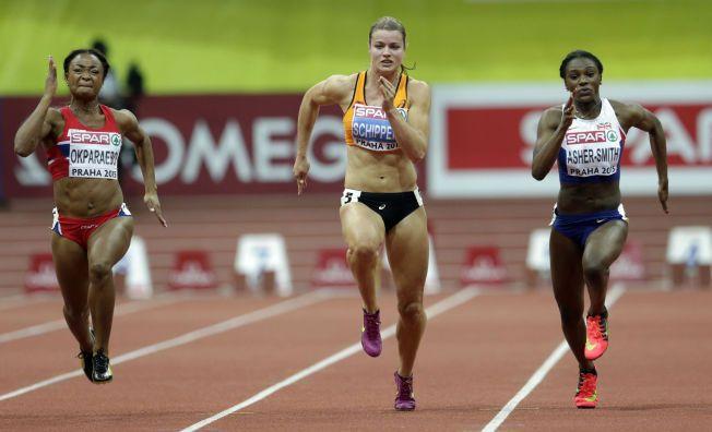 MEDALJEN GLAPP SÅVIDT: Ezinne Okparaebo (t.v.) ble slått av den nederlandske gullvinneren Dafne Schippersat (i midten) og sølvvinner Dina Asher-Smith (t.h.). Men opp til bronsemedaljen var det snakk om centimetere for den norske sprinteren.