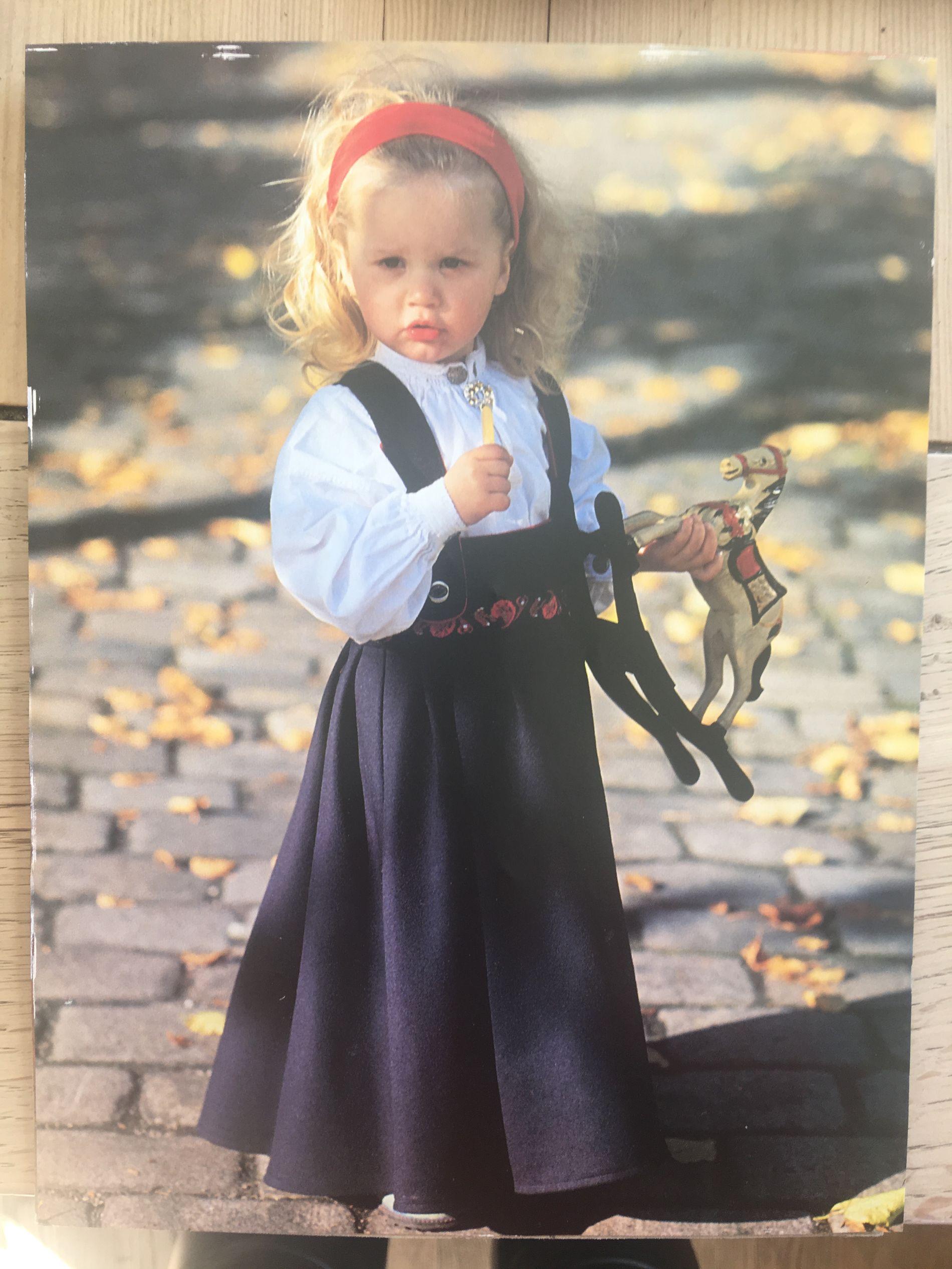 FØRSTE JENTE UT: Torunns datter, Tora Kristine (2), i den aller første drakten mamma sydde, i 1992.