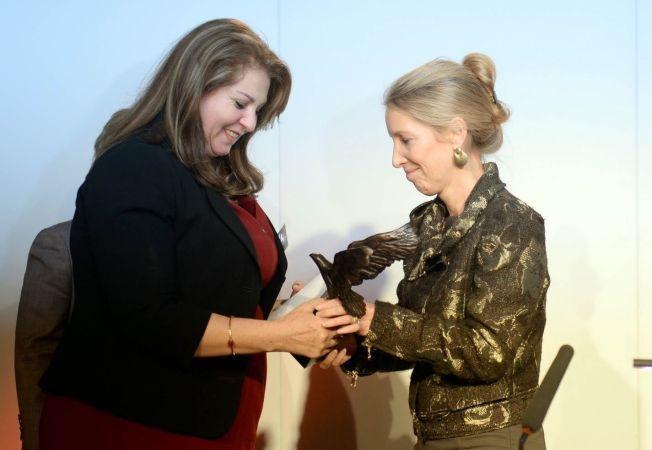 UTMERKELSE: Diana Nammi (til venstre) mottok 13. oktober i år utmerkelsen «Barclays Women of the Year Award», for sitt mangeårige arbeid for kurdiske kvinners rettigheter.