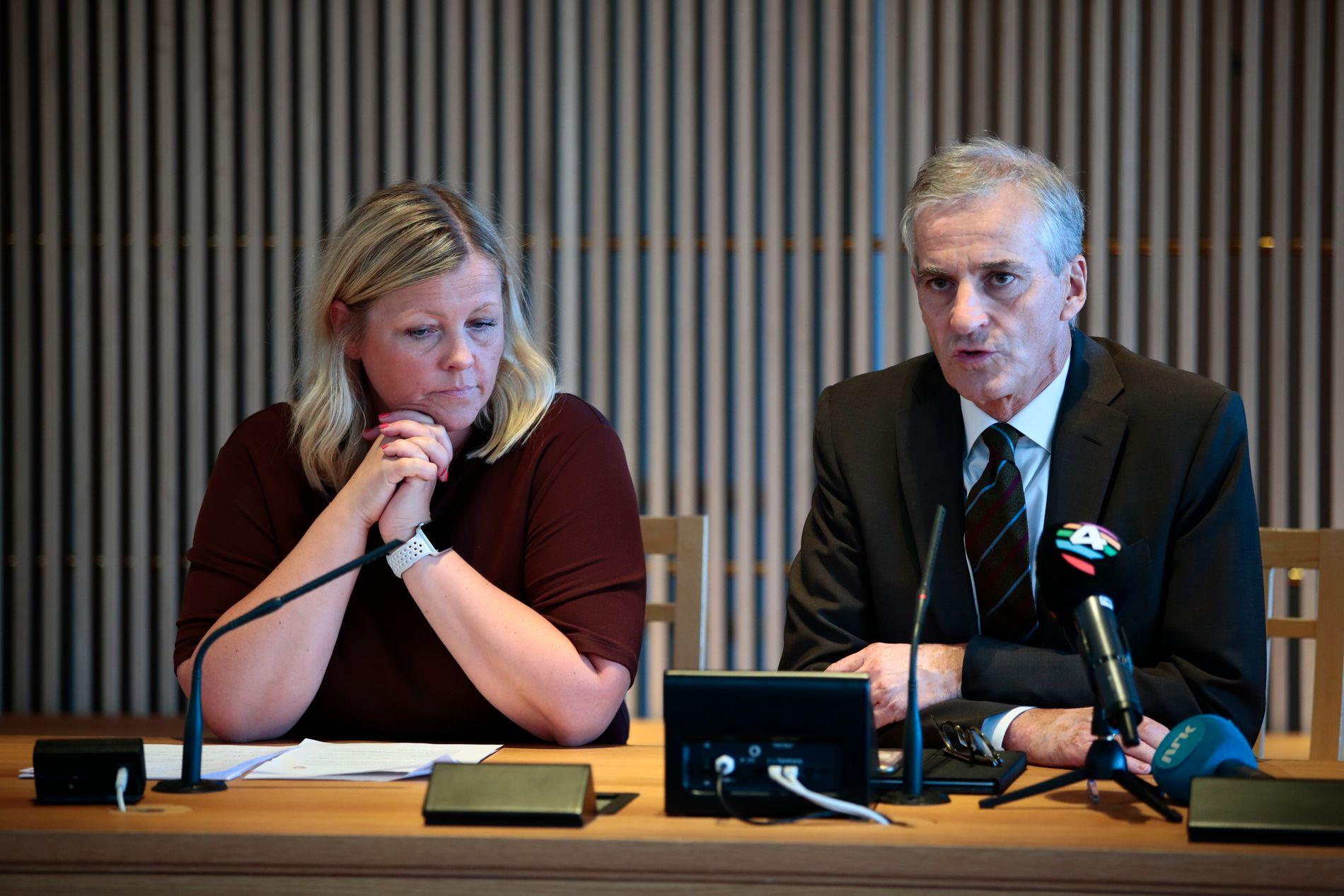 FORNØYD MED EGEN INNSATS: Partisekretær Kjersti Stenseng og partileder Jonas Gahr Støre under pressekonferansen tirsdag ettermiddag i Kinosalen på Stortinget.