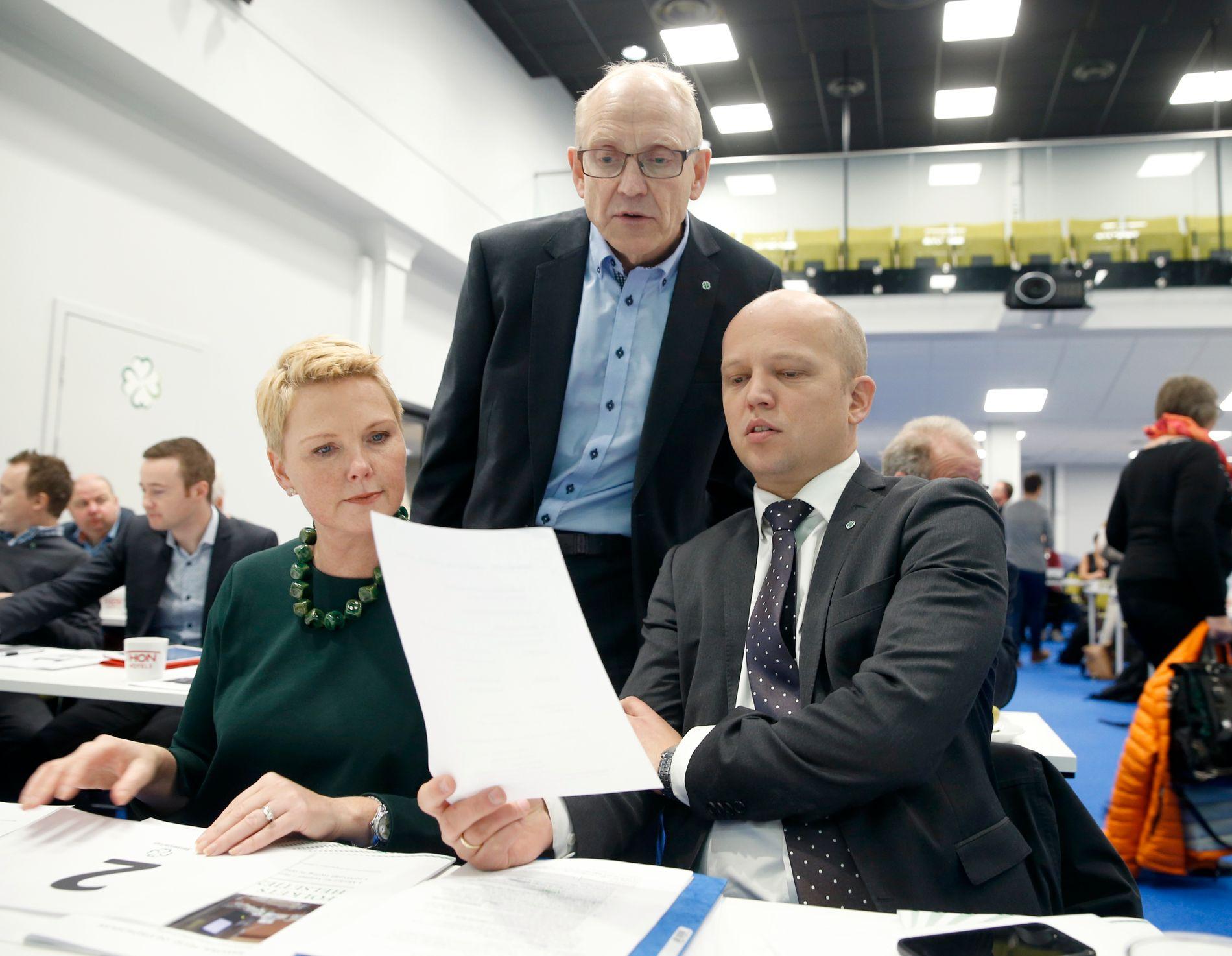HET SAK: Generalsekretær Knut M. Olsen (i midten) har overtatt ansvaret for sex-meldingssaken fra Sp-leder Trygve Slagsvold Vedum. Her sammen med Anne Beathe Tvinnereim, 2. nestleder i Sp.
