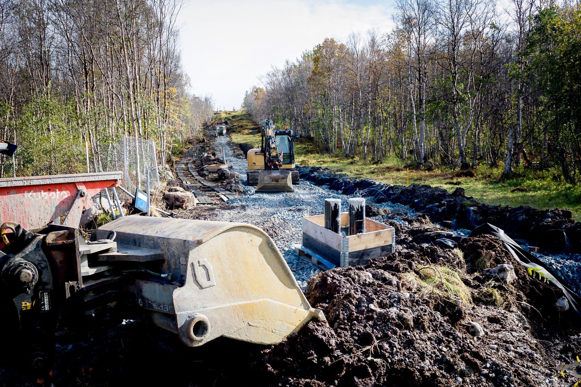 GRENSEGJERDE: Statsbygg bygger nå regjeringens gjerde rundt grensestasjonen på Storskog. Bildet er tatt lørdag.