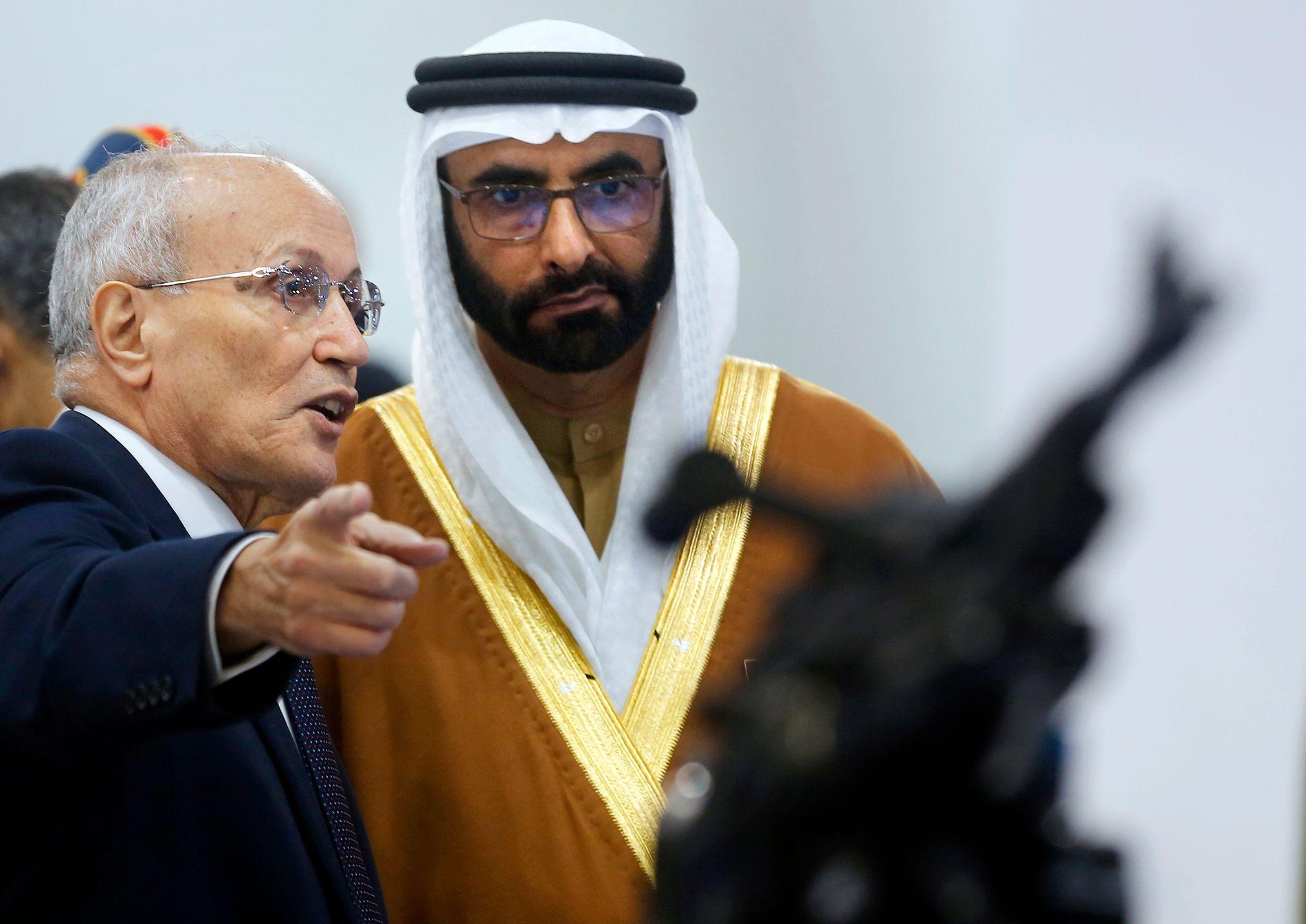 VÅPENKUNDE: Blant interesserte kjøpere på våpenmessen i Kairo, var også De forente arabiske emiraters forsvarsminister Mohammed bin Ahmed al-Bowardi (t.h.). Norge har stanset eksport av våpen og ammunisjon til landet, men norskeide datterselskap i utlandet er ikke berørt av regjeringens beslutning.