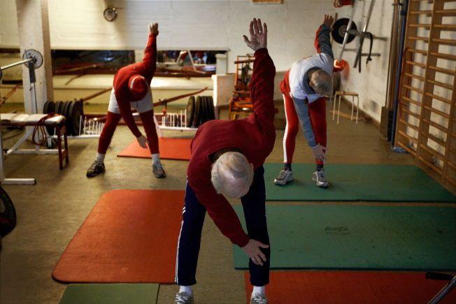 GOD EFFEKT: Både lett og hard aktivitet har en beskyttende effekt mot demens, viser en ny studie. Her er en gruppe med menn avbildet på en trening for eldre hos Norske Studenters Roklubb på Bygdøy i Oslo i 2008.