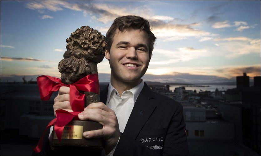 MOTTOK PRISEN: Magnus Carlsen var fredag på VG-huset for å få overrakt prisen som Årets navn. Foto: Mattis Sandblad, VG
