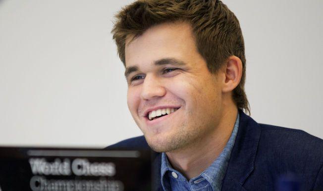 GLISTE: Magnus Carlsen kunne koste på seg et smil etter å ha vunnet verdensmestertittelen for andre år på rad.