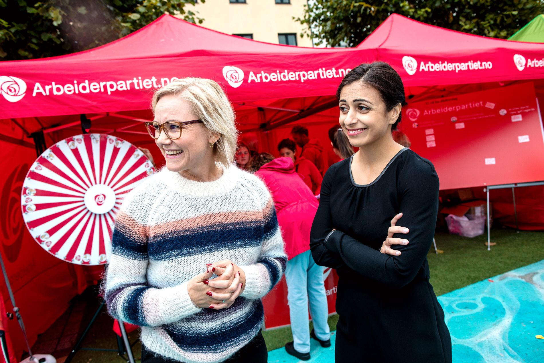 PÅ TOKT: Sammen vil nestleder i Ap, Hadia Tajik (til høyre) og helsepolitisk talsperson, Ingvild Kjerkol, ta ett oppgjør med de sosiale forskjellene i Norge. Her er de på Arendalsuka.