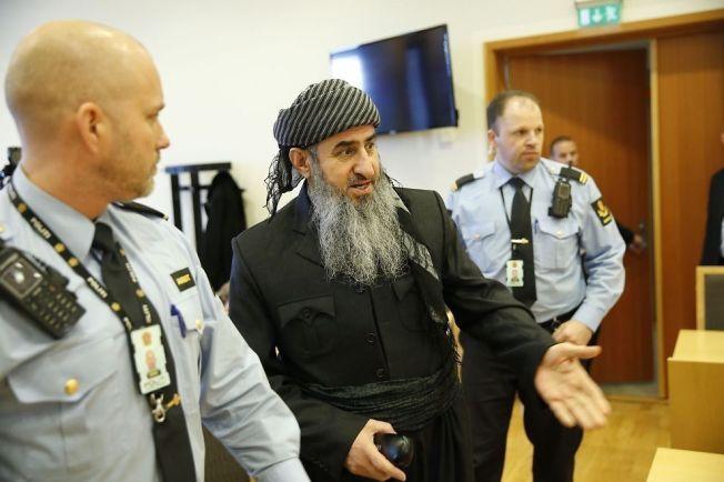 FORKLARTE SEG: Mulla Krekar på vei inn i det første fengslingsmøtet i Oslo tingrett etter at han ble pågrepet for uttalelsene han kom med i et NRK-intervju i februar i år. Han har siden blitt fremstilt for varetektsfengsling en rekke ganger.