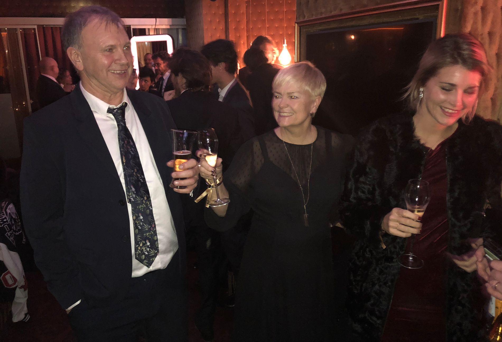 FEIRING: Foreldrene Stein Erik Hegerberg og Gerd Stolsmo feirer datterens Ballon d'Or-triumf på et utested i Paris.