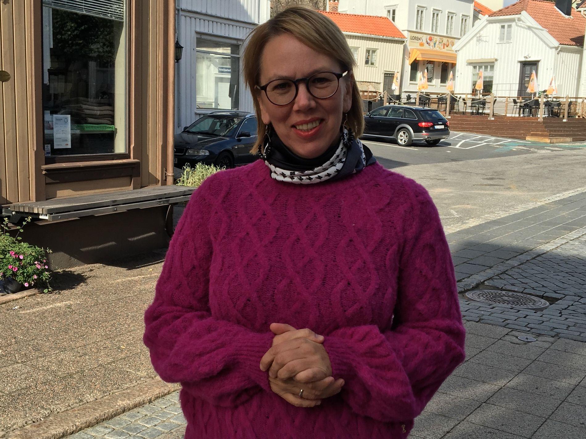 KJEMPER FOR BUTIKKENE: Anna Elise Smedvig leder Grimstad Min By, et selskap drevet og eid av Grimstads handelsstand for å sikre de fysiske butikkenes fremtid i byen gjennom gode opplevelser i sentrum. De har blant annet opprettet en felles nettbutikk for alle byens butikker.