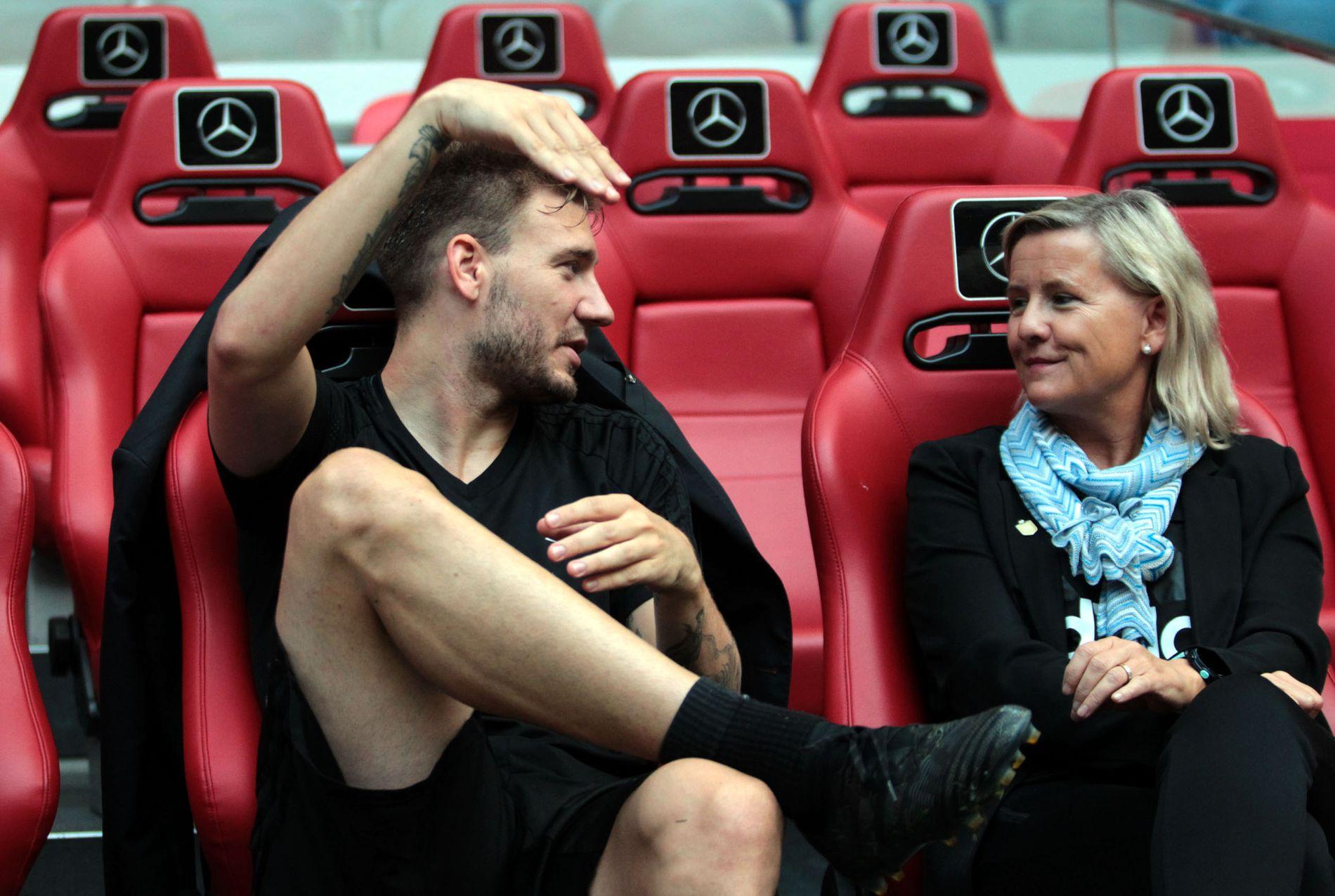 Nicklas Bendtner og daglig leder Tove Moe Dyrhaug hadde en hyggeligere samtale da Rosenborg møtte Ajax i fjor, enn de har på brakka etter bråket stjernen havnet i.