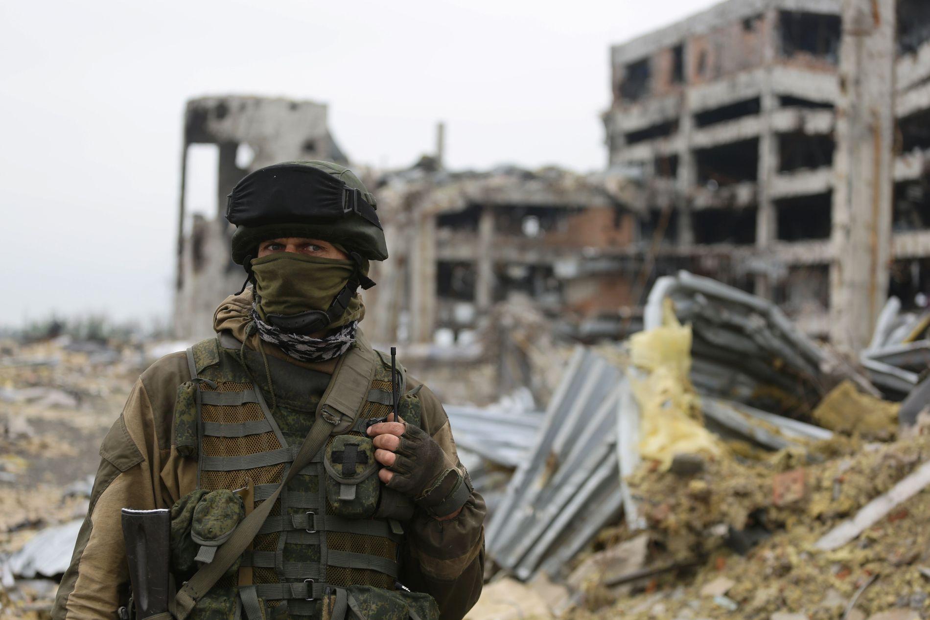 BOMBET: En væpnet separatist fra den selverklærte «Folkerepublikken Donetsk» fotografert foran ruinene av Donetsk internasjonale lufthavn 1. juni 2016.