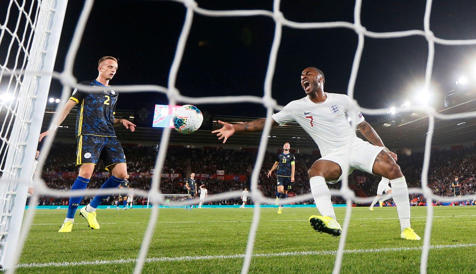 MÅL! Raheem Sterling feirer Englands andre mål, som ble satt inn av Harry Kane (ikke i bildet).