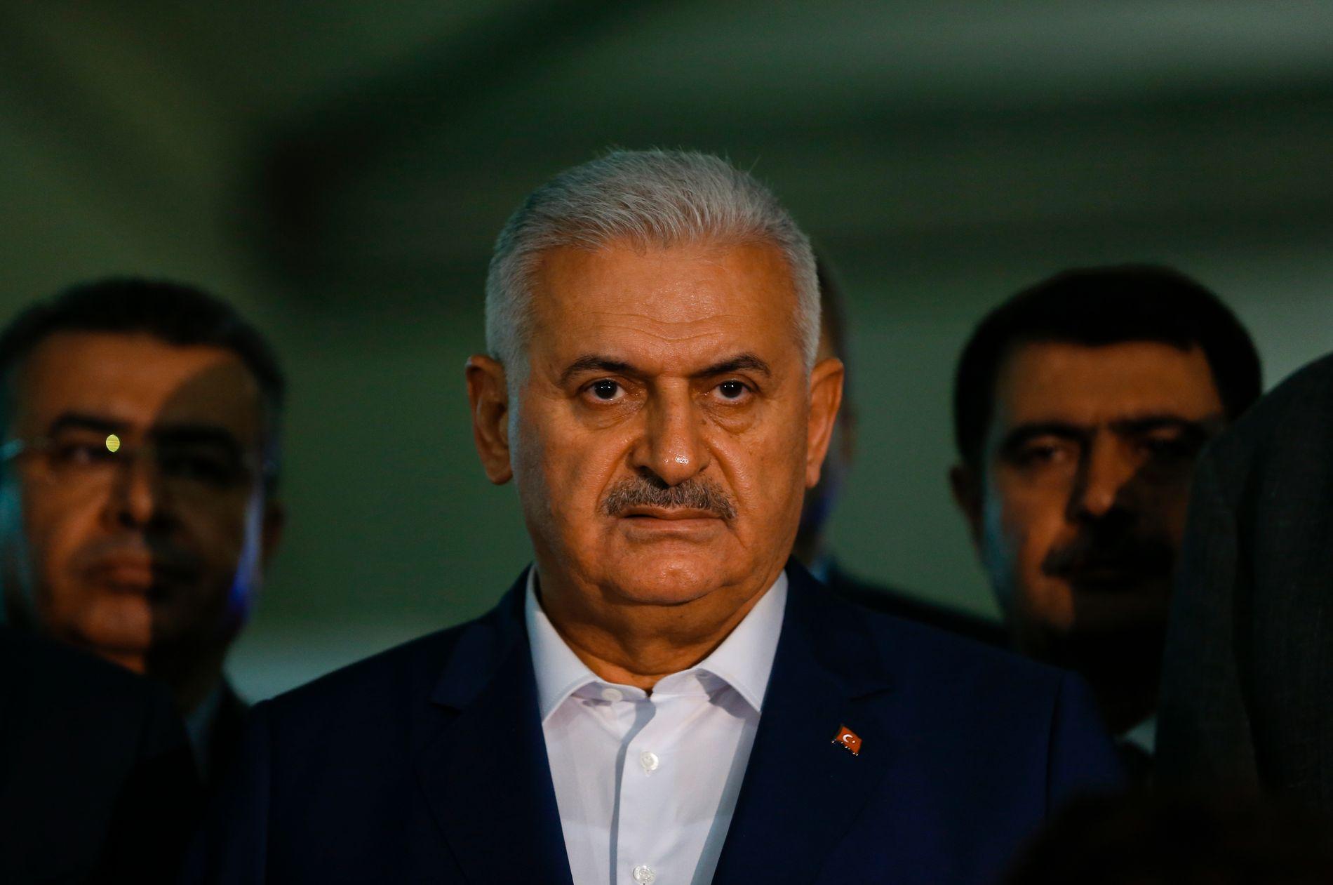 MANGE DREPT: Tyrkias statsminister Binali Yildirim på en pressekonferanse ved flyplassen i natt.