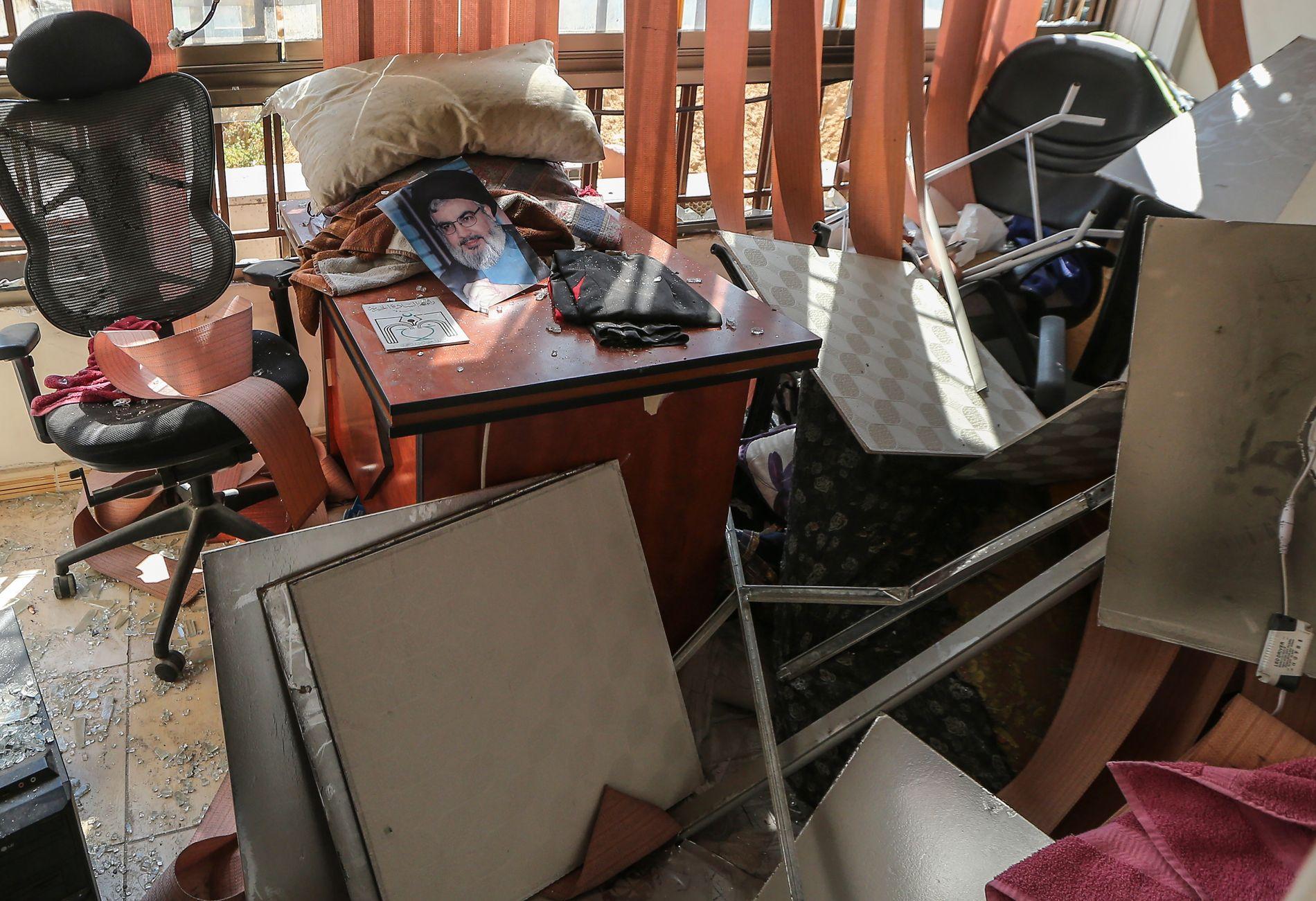 SKADER: Slik ser det ut i Hizbollahs mediekontor i Beirut etter at en israelsk drone eksploderte i nabolaget Dahieh natt til søndag.