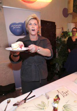 ALLE SKAL FÅ: På regjeringens ettårsdag forrige uke delte Siv Jensen ut kake til sine partivenner.