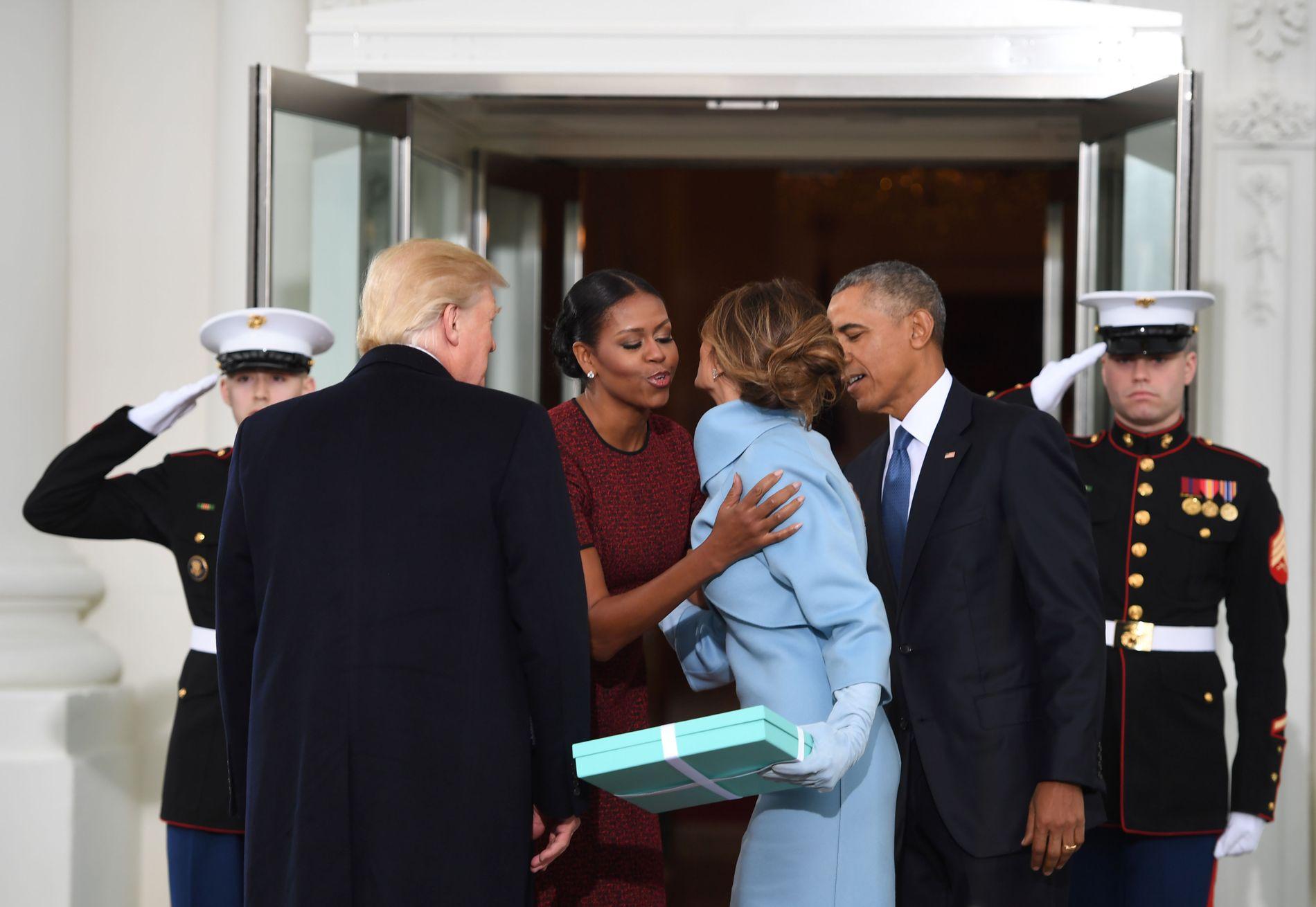 ØYEBLIKKET: President Barack Obama og Michelle Obama tar imot nyvalgt president Donald Trump og Melania Trump under innsettelsen i fjor. Den blå pakken stjal oppmerksomheten.