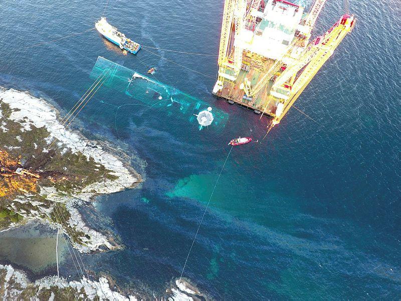 UNDER VANN: KNM «HELGE INGSTAD» ligger fremdeles under vann etter at den i november kolliderte med et tankskip.