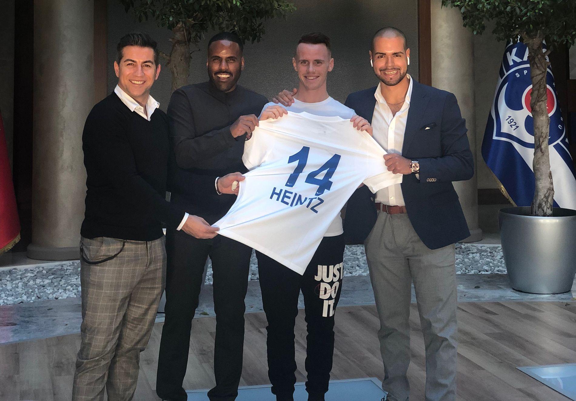 TYRKIA-KLAR: Her poserer Tobias Heintz med sin nye drakt i Kasimpasas klubblokaler sammen med sine agenter Imad El Hammichi og Amanuel Kidane.