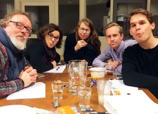 """SLIKKEMUNN: Fra v. Espen Smith, Kari H. Bugge, Hanne Stensvold, Krister Vangen og Espen Thorud under testing av """"kjærlighet på pinne""""."""