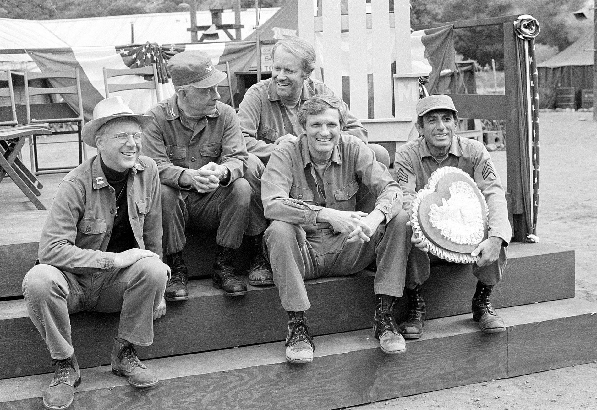 På SETTET: Skuespilleren i M*A*S*H slapper av under innspilling. Fra venstre: William Christopher, Harry Morgan, Mike Farrell, Alan Alda og Jamie Farr,
