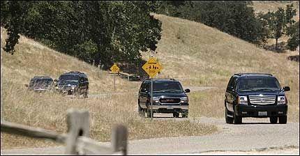 THRILLER: Michael Jackson med familie sikkerhetsvakter og andre kjørte fra Neverland til rettslokalet mandag ettermiddag. Foto: AFP