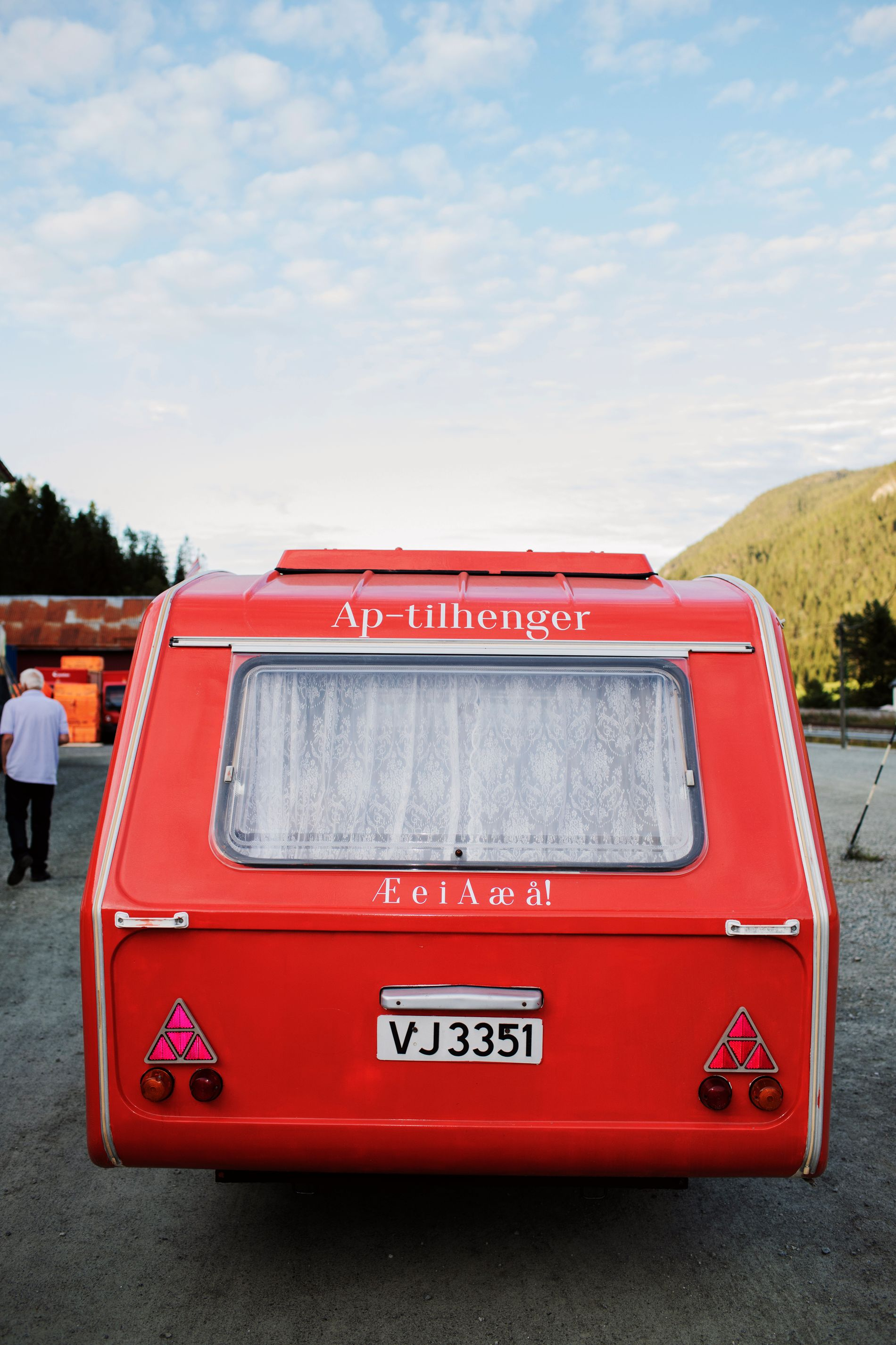 TRØNDERBUDSKAP: Æ e i A æ å! er budskapet bak på campingvognen Trond Giske kjører rundt med.