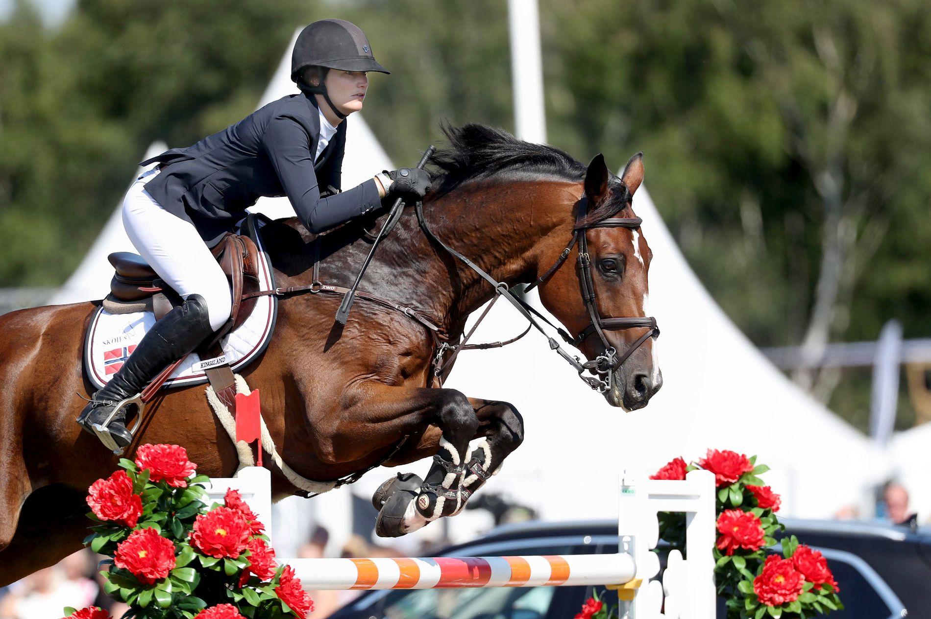 PROVOSERTE PUBLIKUM: Publikum i svenske Falsterbo snudde seg mot Cecilie Hatteland, etter at hun brukte pisken på hesten Alex.