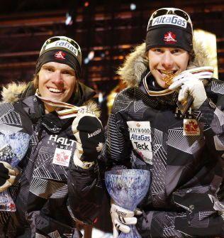 GULL I NORGE: Devon Kershaw (t.v.) og Alex Harvey tok VM-gullet på lagsprinten for Canada under VM i Holmenkollen i 2011. I dag sikret han sitt andre gull på norsk jord.