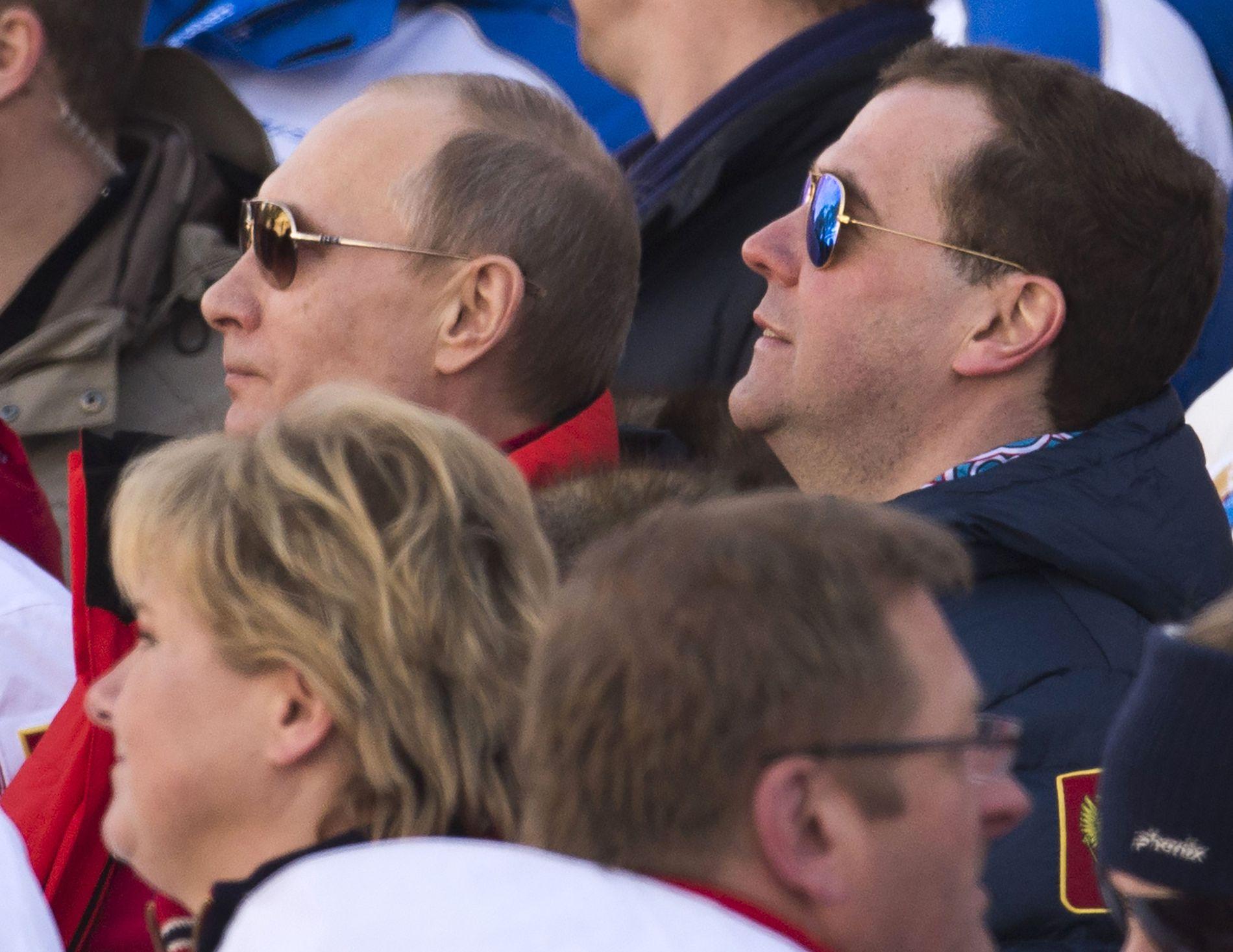 SAMMEN PÅ TRIBUNEN: Russlands president Vladimir Putin og statsminister Dmitry Medvedev satt sammen med Erna Solberg på tribunen under OL i Sotsji i februar 2014.