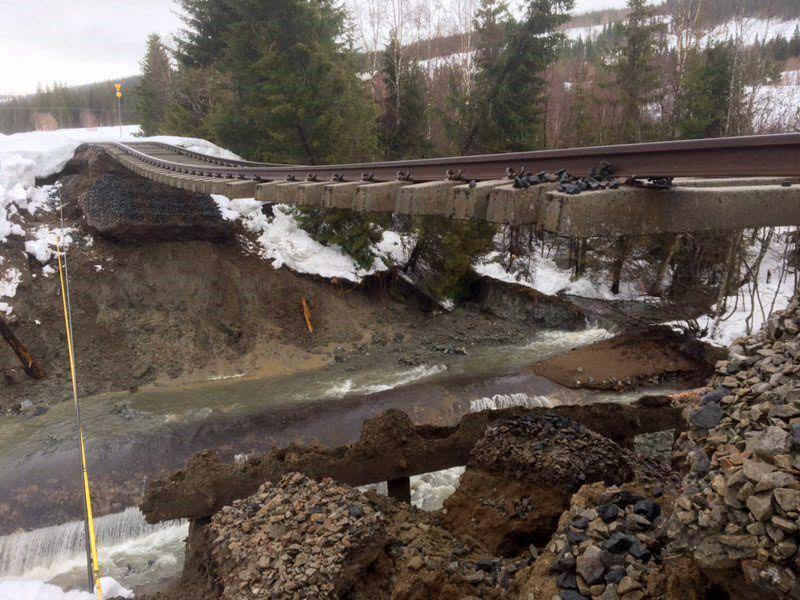 SKREDFARE: På Nordlandsbanen har et sørperas 3 mil nord for Mosjøen ført til at underbygningen under skinnegangen er vasket ut over en lengde på 40 meter.