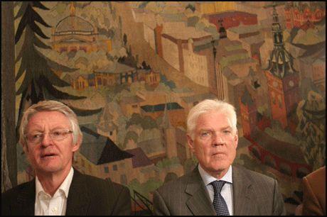 PÅ PRESSEKONFERANSEN: Advokat Harald Stabell og Arne Treholt konstaterer at kravene for gjenopptakelse ikke er oppfylt. Foto: Scanpix Foto:
