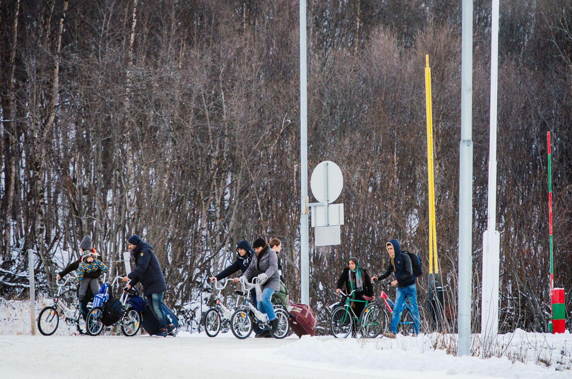 STORSKOG: Flyktninger krysser grensen fra Russland til Norge over Storskog i november 2015.