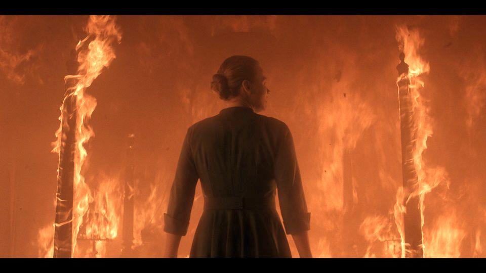 BRENNER: Serena (Yvonne Strahovski) foran en brennende seng.