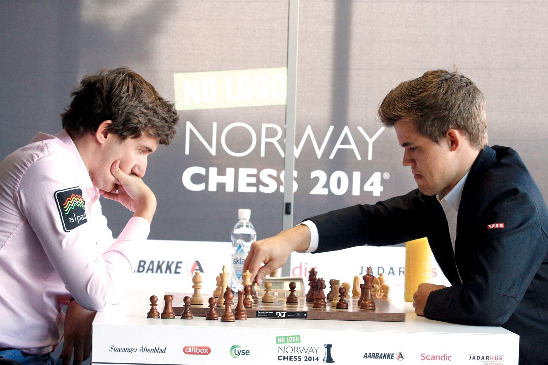 MESTERMØTE: Magnus Carlsen (t.h.) og Sergej Karjakin i Norway Chess for to år siden. Karjakin vant turneringen.