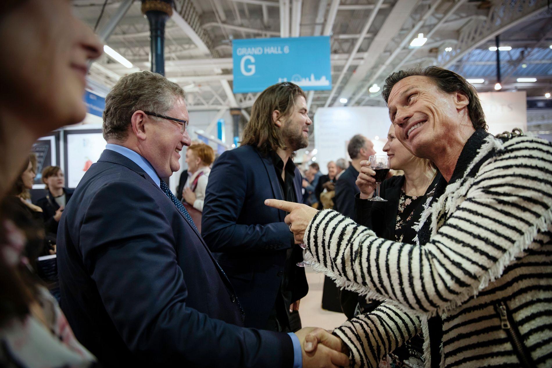BØRS OG KATEDRAL: - Du er børs, jeg er katedral, sier Petter Stordalen og peker på  Vigmostad og Bjørke-forlegger Arno Vigmostad da de møtes på London Book Fair. Vigmostad sier til VG at Stordalens inntreden i forlagsverdenen har skapt ny energi.