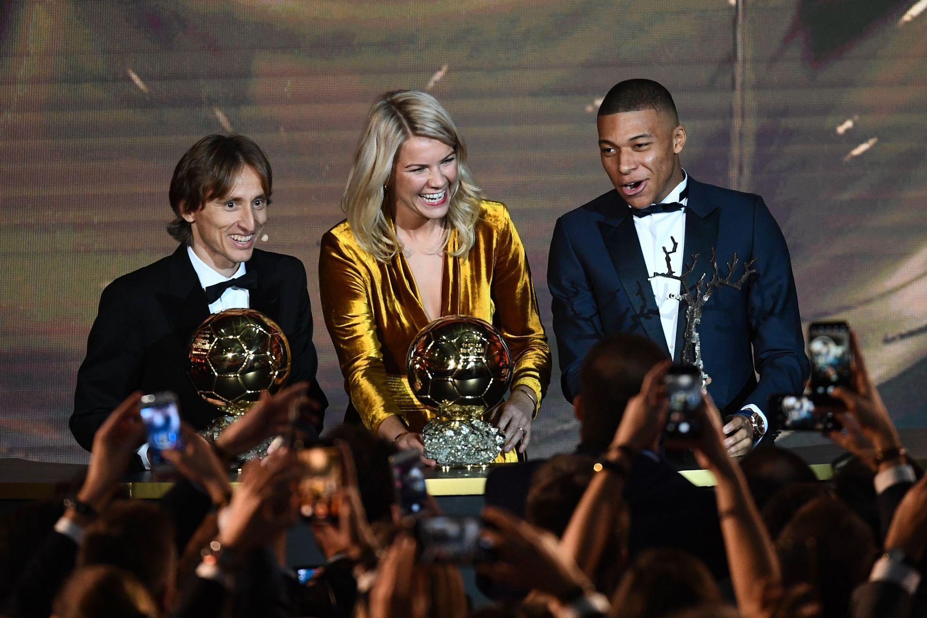 PRISVINNERE: Luka Modric, Ada Hegerberg og Kylian Mbappé stakk av med de tre prisene under Ballon d'Or-gallaen i Paris.