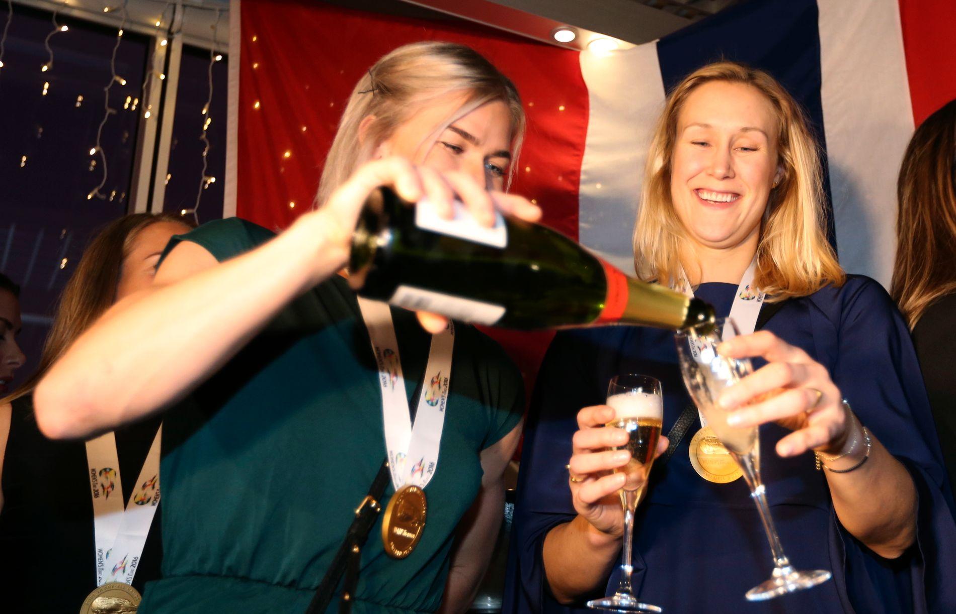 GULLSKÅL: Marit Malm Frafjord feiret EM-gullet ved å bli servert edle dråper av Veronica Kristiansen på seiersfesten i natt.