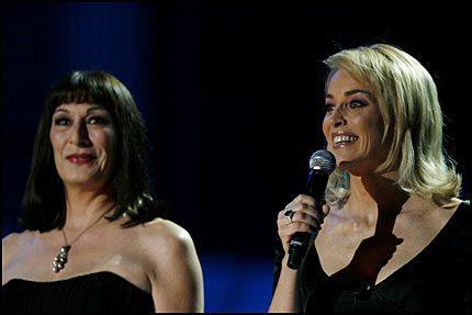 SUPERSTJERNER: Programlederne Sharon Stone (til høyre) og Angelica Huston under Nobels Fredspriskonsert i Oslo Spektrum mandag kveld. Foto: Scanpix