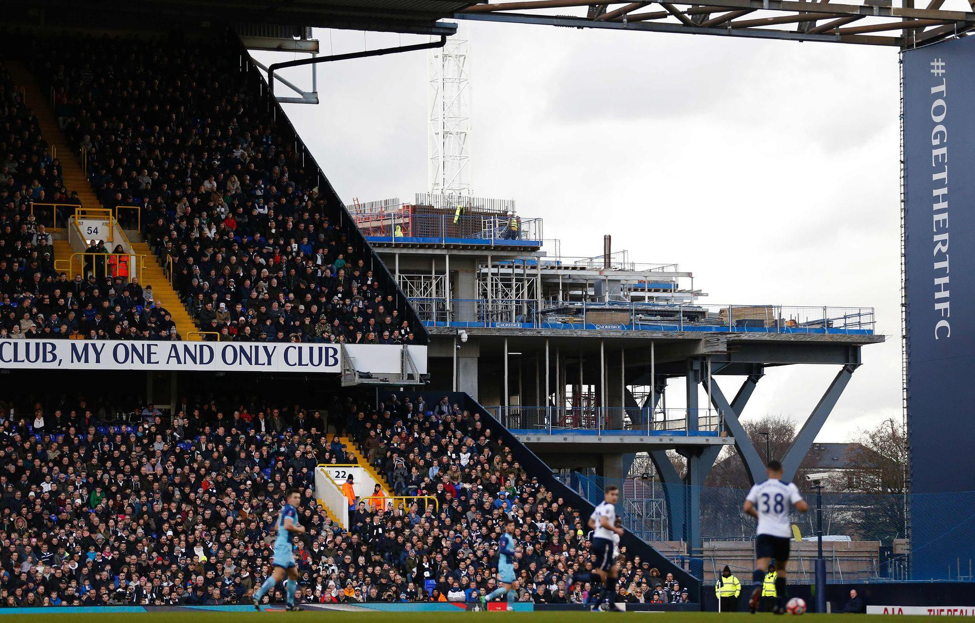 BYGGER NY HJEMMEBANE: Slik så det ut på White Hart Lane i januar. I bakgrunnen er det som skal bli til Tottenhams nye hjemmebane, som skal stå klar i 2018.
