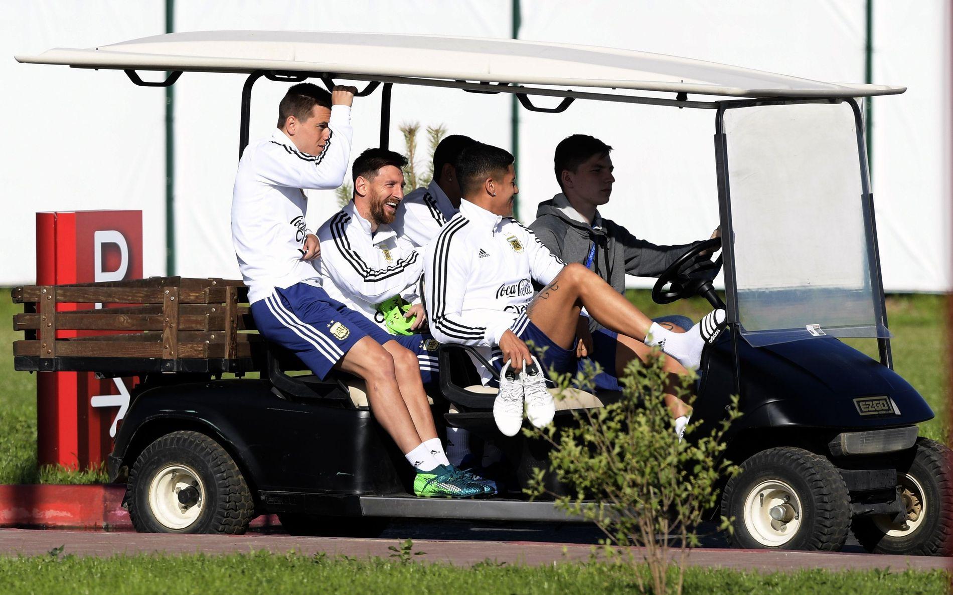 GOLFBIL: Lionel Messi sammen med Lo Celso, Marco Rojo og andre i den argentinske VM-troppen i deres leir i Bronnitsy utenfor Moskva.